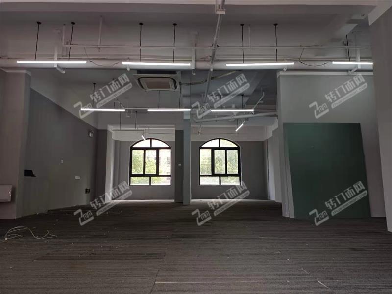 房东直租!天心区大型成熟小区120平米地铁口门面